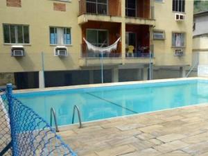 Área de piscina do prédio, segundo ex-moradores, foi invadida por traficantes (Foto: Divulgação/Arquivo Pessoal)
