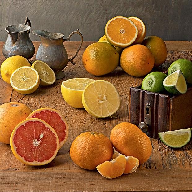 No sentido horário, partindo do canto superior esquerdo da foto: limão-siciliano, laranja, limão-taiti, tangerina, grapefruit e limão-da-pérsia ao centro (Foto: Iara Venanzi)