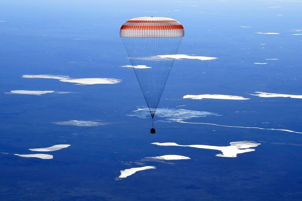 Cápsula espacial Soyuz MS-02 desce para pousar no Cazaquistão levando membros da tripulação da Expedição 50 à Estação Espacial Internacional  (Foto: REUTERS/Kirill Kudryavtsev/Pool)
