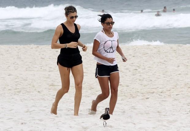 Grazi Massafera e Anna Lima caminhando na praia (Foto: FotoRioNews)
