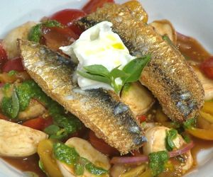 Salada caprese com sardinhas e pesto de rúcula