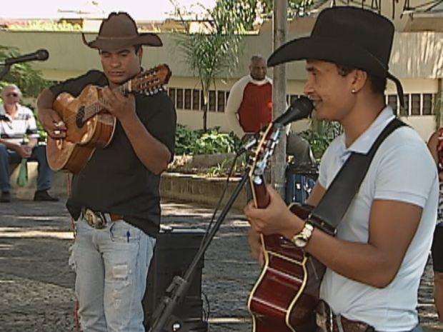 Dupla que se apresenta nas praças tem Chitãozinho e Xororó como iídolos  (Foto: reprodução/TV Tem)