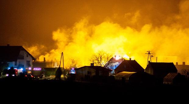 Explosão incendiou ao menos 12 casas nesta quinta-feira (14) em cidade no oeste da Polônia (Foto: Pawel Jaskolka/AP)