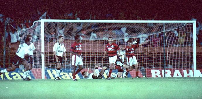 Magno comemora gol do Flamengo contra o Corinthians 1994 (Foto: Otávio Magalhães / Agência estado)