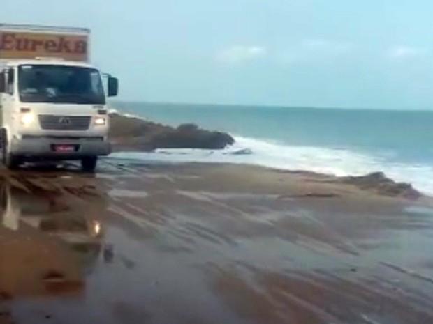 Mar voltou a atingir estrada que liga Campos a Quissamã (Foto: Divulgação/Secom Campos)