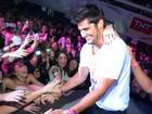 Bruno Gissoni faz sucesso com a mulherada em festa no Rio