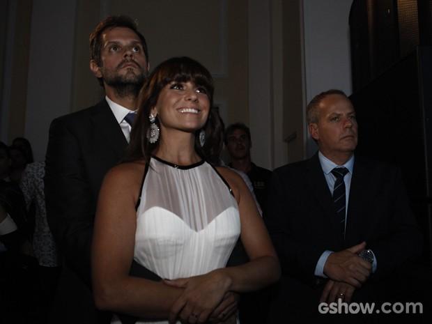Casal assiste às cenas da novela na festa de lançamento (Foto: Inácio Moraes/ TV Globo)