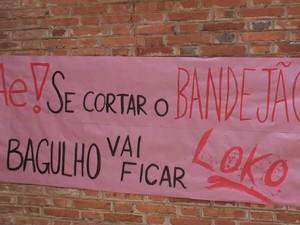 Alunos colaram cartazes na entrada do auditório onde foi realizada a posse (Foto: Luã Viegas/Arquivo pessoal)
