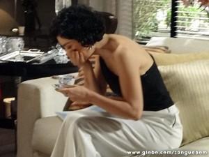 Verônica engasga ao ouvir que o ex de Renata está apaixonado por alguém (Foto: Sangue Bom/ TV Globo)