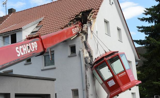 Cabine panorâmica caiu em cima de telhado de casa na Alemanha neste sábado (22) (Foto: AP Photo/ Franziska Kraufmann)