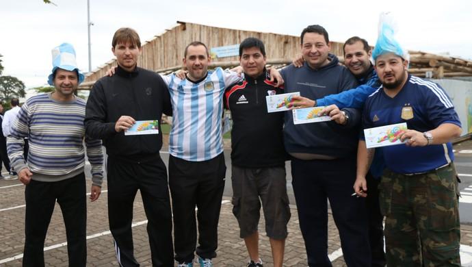 Argentinos buscam ingressos em shopping de Porto Alegre (Foto: Diego Guichard/GloboEsporte.com)