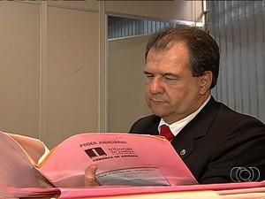 Juiz Jesseir Alcântara analisa processos que não foram concluídos, em Goiás (Foto: Reprodução/ TV Anhanguera)