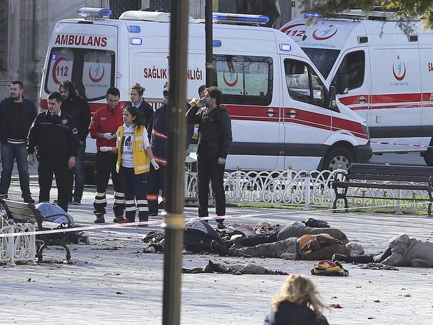 Equipes de resgate e segurança trabalham em praça de Istambul alvo de explosões na Turquia (Foto: Kemal Aslan/Reuters)