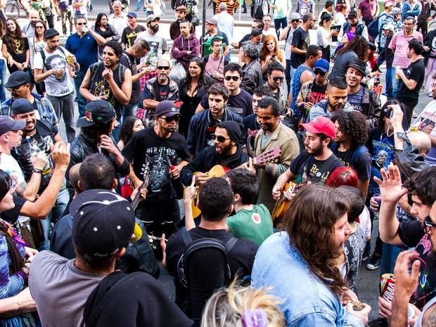Fãs de Raul Seixas cantaram sucessos do roqueiro em frente ao Theatro Municipal (Foto: Leonardo Benassatto/Futura Press/Estadão Conteúdo)