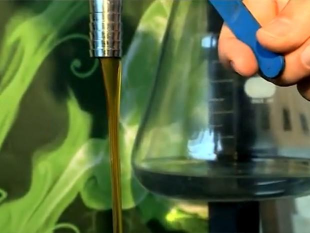 ONG produz biocombustível a partir da reutilização de óleo de cozinha (Foto: Reprodução/RBS TV)