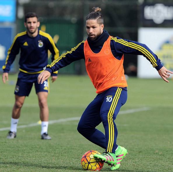 BLOG: Novo penteado: Diego, ex-Santos, treina no Fener com coque no cabelo