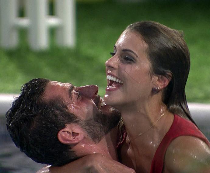 Apesar da briga, casal protagonizou momentos fofos na casa  (Foto: TV Globo)