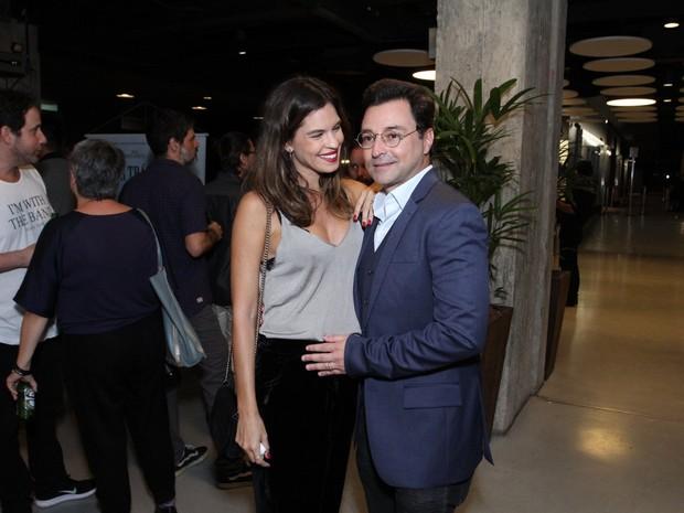 Emílio Orciollo Netto e a mulher, Mariana Barreto, grávida, em première de filme na Zona Sul do Rio (Foto: Thyago Andrade/ Brazil News)