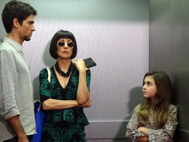 Clara avisa que Zenóbio está ao lado de Melissa (Foto: Amor Eterno Amor / TV Globo)
