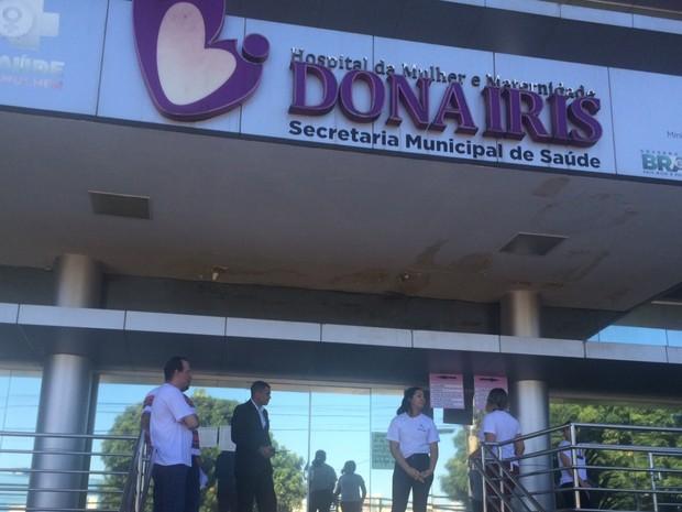 Funcionários da Maternidade Dona Iris ficaram na entrada do ambulatório comunicando suspensão no atendimento, em Goiânia, Goiás (Foto: Murillo Velasco/G1)