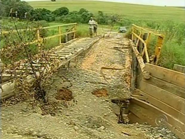 Com a ponte interditada, moradores precisam buscar caminhos alternativos que aumentam o trajeto em aproximadamente 20 quilômetros. (Foto: Reprodução TV TEM)
