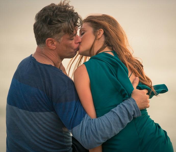 Arthur finalmente beija Eliza! (Foto: Fabiano Battaglin / Gshow)