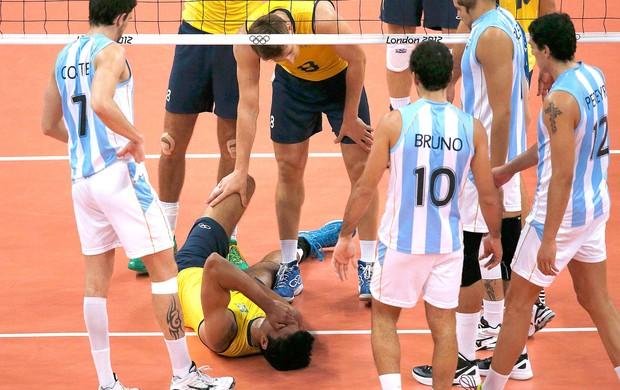 Leandro Visotto caído na partida de vôlei do Brasil contra a Argentina (Foto: Reuters)