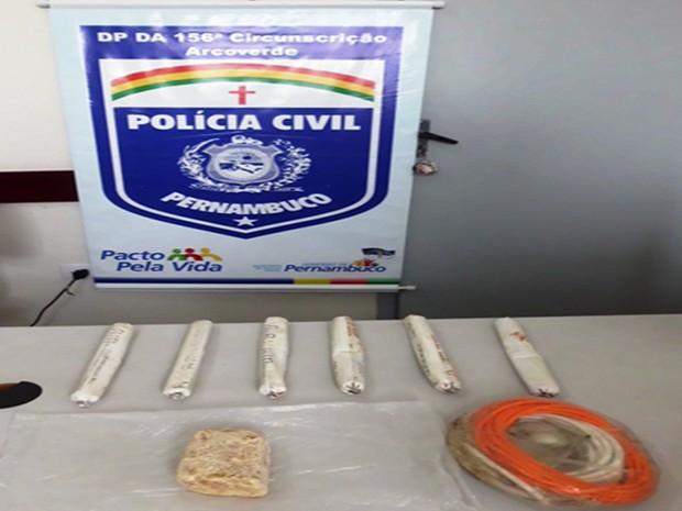 ESSA- 2 Material teria sido deixado em uma sacola de plástico por dois suspeitos (Foto: Divulgação/ Polícia Civil)