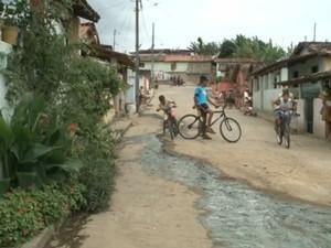 Município de Borborema, no Brejo paraibano, não é atendido pela Cagepa e ruas têm esgoto a céu aberto (Foto: Reprodução/TV Paraíba)