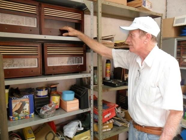 Guido em sua oficina onde são fabricados os rádios (Foto: Andréia Machado/G1)