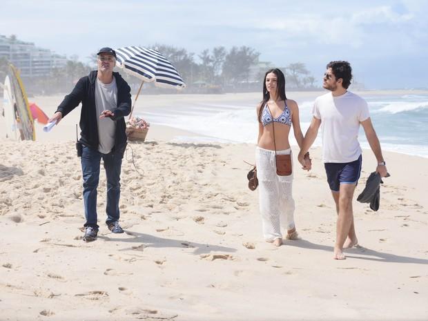 O diretor André Barros com Isis Valverde e Marco Pigossi em externa na Praia da Macumba (Foto: Raphael Dias/TV Globo)