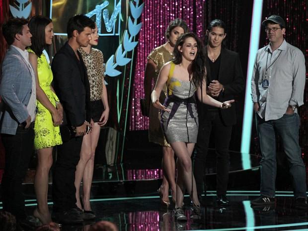 Próxima ao ator Taylor Lautner (terceiro à esquerda), Kristen Stewart discursa após o filme 'Amanhecer: Parte 1' vencer o prêmio de filme do ano no MTV Movie Awards (Foto: Mario Anzuoni/Reuters)