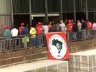 Com 'facão na cintura', grupo invade sede do Incra no DF para pedir terras