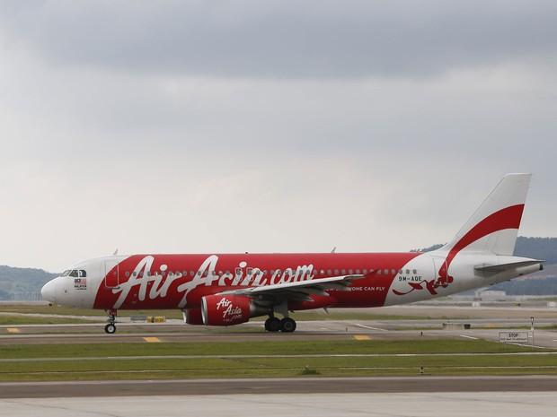Modelo de Airbus da AirAsia similar ao A320-200 que desapareceu com 162 a bordo neste domingo (28) na Indonésia (Foto: Vincent Thian/AP)