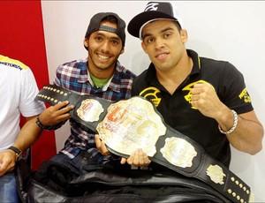 Jadson André e Renan Barão com o cinturão do UFC (Foto: Reprodução/Twitter)