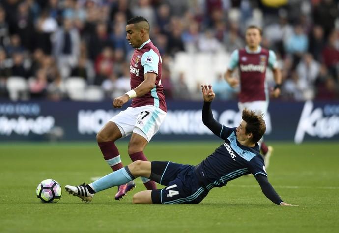 Payet deixa Marten de Roon no chão em West Ham x Middlesbrough (Foto: AP Photo/Frank Augstein)