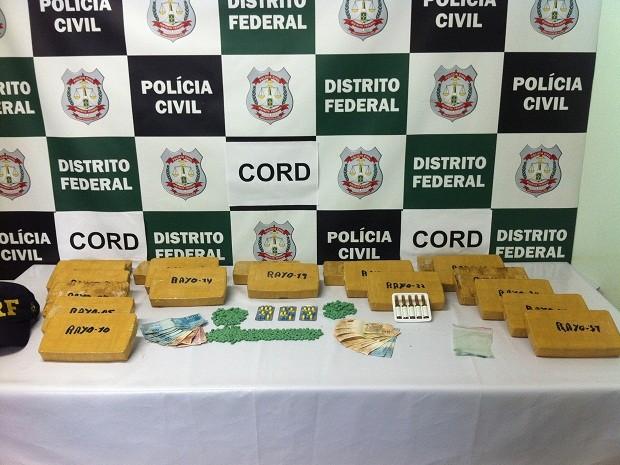 Polícia Civi do DF apreendeu cocaína, comprimidos de ecstasy, lipostabil  sibutramina e R$ 1.500 em dinheiro (Foto: Lucas Salomão/G1)