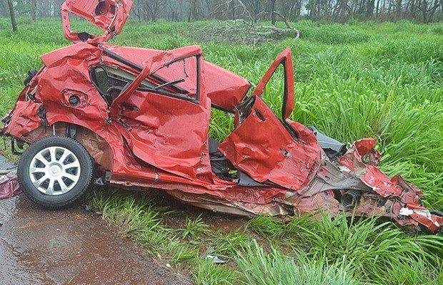 Colisão entre carro e caminhão deixou três mortos na BR-153 (Foto: Dudu Balla/ Jornal Populacional)