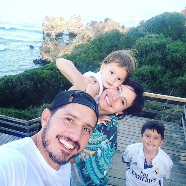 Juliana Knust posa com o marido e os filhos em viagem a Portugal