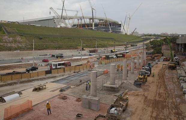Foto de 9 de abril de 2014 mostra obras nos arredores do estádio do Corinthians, o Itaquerão (Foto: Andre Penner/AP)