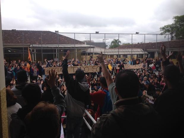 Assembleia de estudantes em São José dos Pinhais definiu sobre a ocupação de todos os colégios do município (Foto: Dulcineia Novaes/RPC)