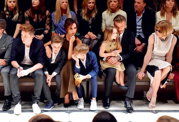 Beckham, a família e Anna Wintour em desfile da Burberry, em LA (2015) (Foto: Getty Images)