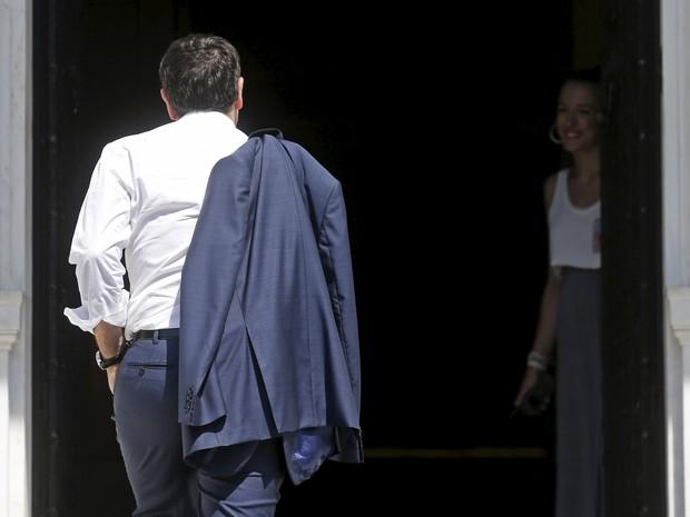 O primeiro-ministro grego, Alexis Tsipras, chega para reunião em Atenas, Grécia, nesta segunda-feira (13) (Foto:  REUTERS/Christian Hartmann )