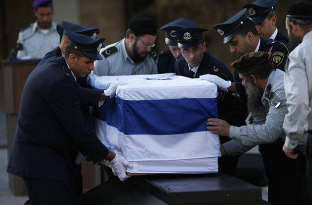 Membros da guarda do Knesset e do exército de Israel aprontam o caixão de Ariel Sharon para a cerimônia desta segunda-feira (13) (Foto: Ronen Zvulun/Reuters)