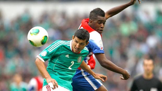 Francisco Rodriguez e Campbell, México e Costa Rica (Foto: Agência Reuters)