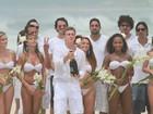 Luciano Huck grava com a equipe programa de Fim de Ano