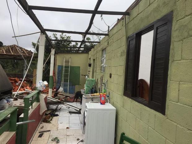 Casas foram parcialmente destruídas pela força do temporal (Foto: Prefeitura de Mairinque/Divulgação)