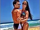 Zezé Di Camargo relaxa na praia ao lado da namorada, Graciele Lacerda