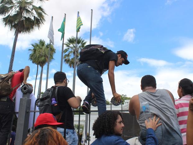 Estudantes pularam as grades do Palácio de Karnak duante protesto (Foto: Gustavo Almeida/G1)