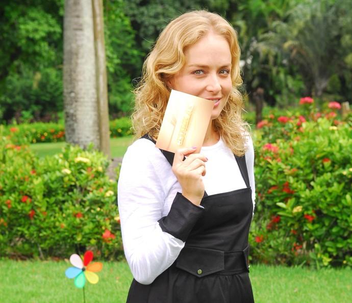 Angélica faz charme com a ficha do 'Estrelas' em 2010 (Foto: CEDOC / TV Globo)